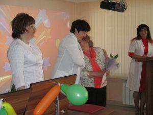 Награждение медицинской сестры палатной ОЛТ №1 Л.Ф. Пономаревой